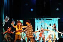 Muzikál Ať žijí duchové v podání žáků ZUŠ Odry, které doprovázel orchestr složený z jejich spolužáků a učitelů, zahájil v pondělí v Dělnickém domě v Odrách pátý ročník festivalu amatérského divadla A PROČ NE.