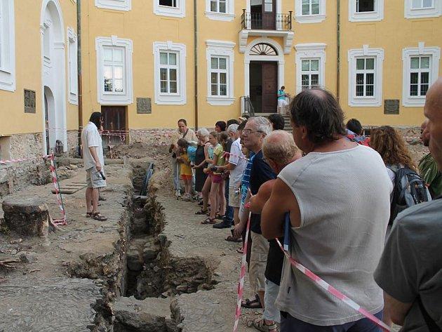 Na zámku v Bílovci nyní probíhá archeologický průzkum. Mimořádnou prohlídku nádvoří s komentářem archeologů si v pátek 14. srpna nenechaly ujít desítky návštěvníků.
