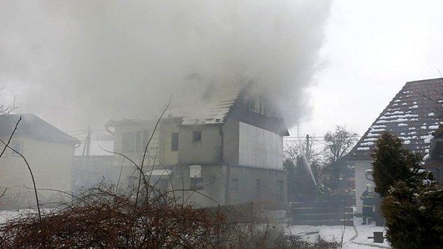 Požár podkroví rodinného domu způsobil škodu za půl milionu korun.