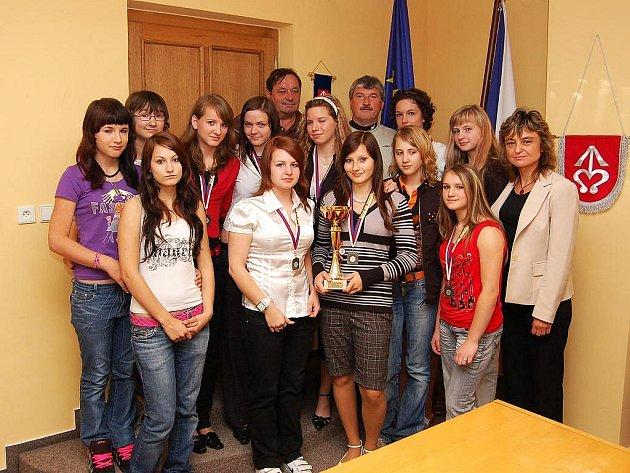 Úspěšné družstvo volejbalistek Bílovce ze Základní školy Komenského, které vybojovalo stříbro na republikovém turnaji základních škol.