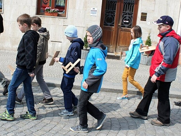 Prastarou tradici hrkání a kapání, které měly nahradit zvuk zvonů, jež ve čtvrtek před Velikonocemi odletěly do Říma, obnovili v Bílovci.