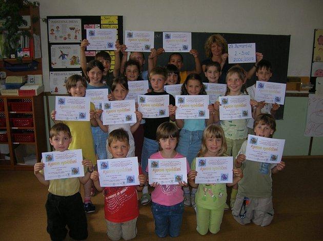 Z Ajaxova vysvědčení se letos mohli těšit i školáci z Bernartic nad Odrou.