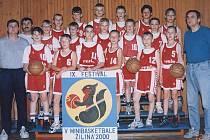 Momentálně jediný Čech v NBA, Jan Veselý (vlevo nahoře č. 9), ještě v příborském dresu. Vpravo je pak nynější prezident klubu, Jiří Slaný.