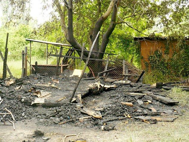 Jen hromada ohořelého dřeva a popela zbyly z chatky na Nádražní ulici v Kopřivnci, ve které uhořel člověk.