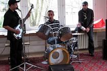 HUDBA ve všech podobách se ozývala sídlištěm na Francouzské ulici v Kopřivnici. Není se čemu divit, nízkoprahové zařízení Klub Kamarád totiž spolu s častými návštěvníky zorganizoval oslavy mezinárodního Dne Romů.