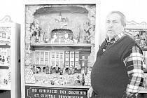 JAROMÍR KOSTELNÍK u svého betlému, na kterém jsou vidět také příborské pamětihodnosti.