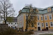 Stromy na nádvoří zámku v Bílovci jsou již minulostí. Byly nemocné a bránily budoucí rekonstrukci.
