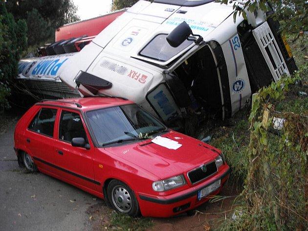 Nákladní automobil, který v noci na středu havaroval na okraji Nového Jičína.
