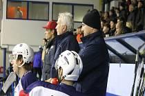 Kouč kopřivnické Tatry Jaroslav Kofroň (vpravo) má v týmu svého staršího syna Adama (vlevo) a jeho mladší syn David, který dnes slaví 19. narozeniny, má pak v letošní sezoně již pět startů v dresu extraligového Třince.