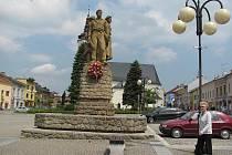 Tento Památník osvobození stojí na místě, kde se do 19. století nacházela městská studna, takzvaná Prangelbrunnen, tedy studna u pranýře.