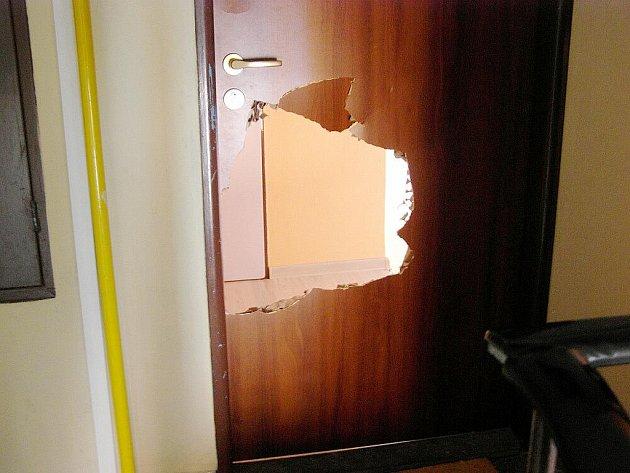 Pod obraz zpitý senior mířil po tahu do své postele. Spletl si však dveře svého domova a v domnění, že nemá klíče, dveře rozkopal.