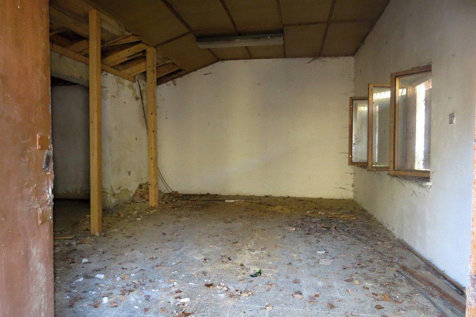 Zchátralý areál Skalních sklepů v Odrách, březen 2021.