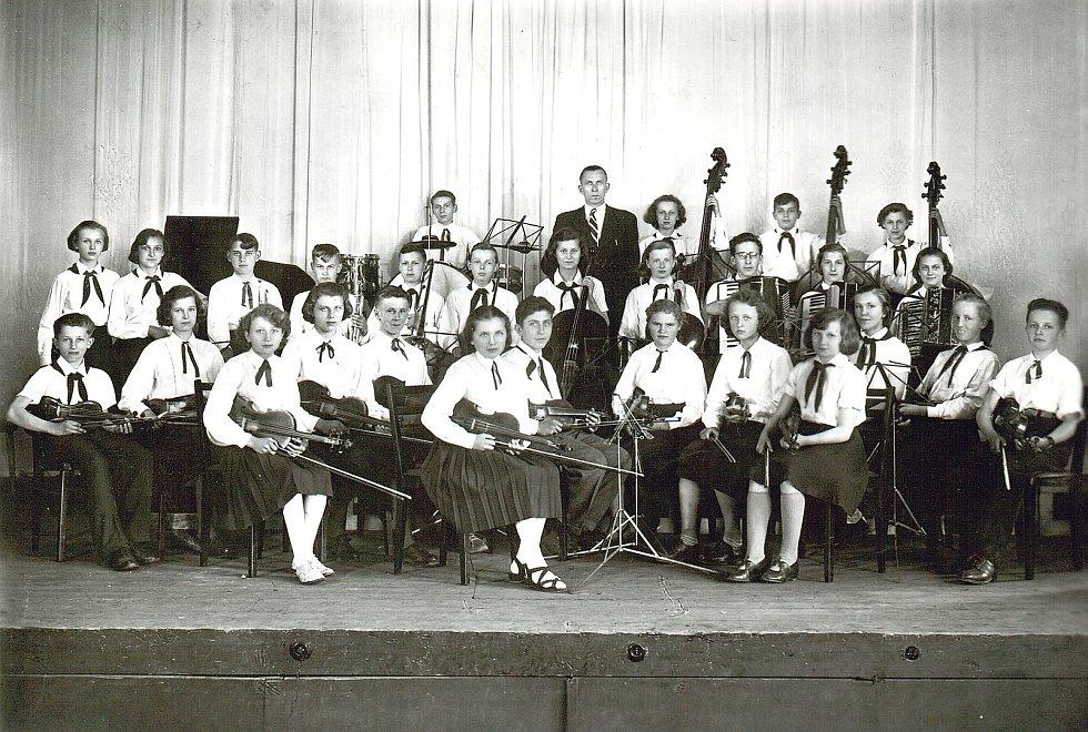 Pionýrský orchestr střední školy v Odrách vyfocený 6. května 1953.