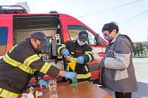 Hasiči ve Slatině rozdávali místním obyvatelům dezinfekci, kterou zakoupila obec.