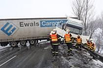 Nehoda kamionu Volvo a osobního automobilu Toyota Hilux na silnici R48 v úseku mezi Novým Jičínem a Bělotínem. Nehoda se třemi zraněnými osobami se stala nedaleko Starého Jičína, místní části Dub.