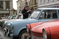 Téměř čtyřicítku trabantů mohli v sobotu krátce po deváté hodině dopolední obdivovat lidé na náměstí ve Frenštátě pod Radhoštěm.