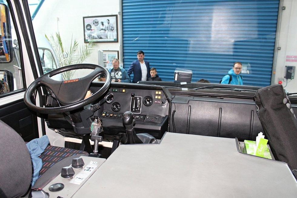 Vozidlo expedice Tatra kolem světa 2 představili ve středu 30. října v Kopřivnici zakladatelé projektu.
