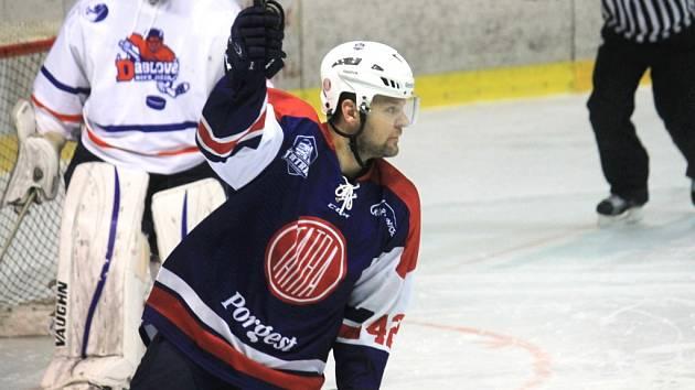 DEVĚTATŘICETILETÝ forvard Martin Tomášek odehrál v české nejvyšší hokejové soutěži v dresu Vítkovic téměř pět stovek utkání. Momentálně je už třetí sezonu oporou druholigové Kopřivnice.