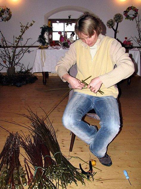 Marie Janečková, dnešní starostka Rybí, také umí plést tatary.