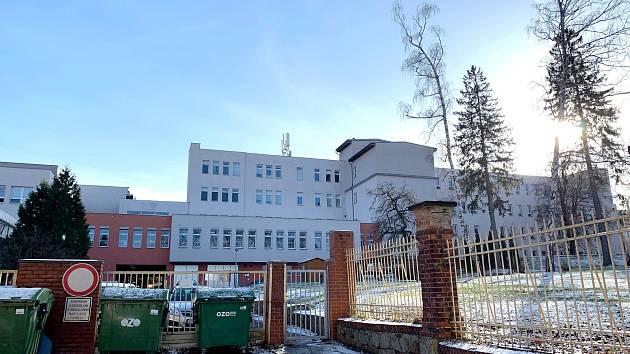 Branka ve spodní částí Nemocncie Nový Jičín je již několik týdnů uzamčená.