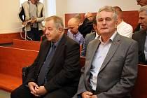 Obžalovaní Oldřich Magnusek (vlevo) a Zdeněk Malý na jednání Okresního soudu v Novém Jičíně.