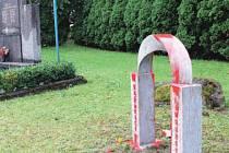 Plastika, kterou Veřovicícím darovala partnerská obec Hendungen, politá červenou barvou.