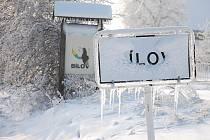 Teploty hluboko pod bodem mrazu ztěžují i orientaci řidičům. Takhle vypadá cedule oznamující příjezd do obce Bílov.