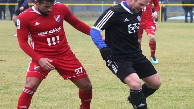 Kapitán fotbalové Baracudy Aleš Michálek (vpravo) se ve velkém fotbale v zimě vrátil do třetiligového Valašského Meziříčí, za které odehrál v Jakubčovicích i přípravný duel proti ostravskému Baníku.