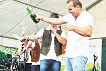 Starosta Slatiny Luděk Míček pokřtil hudebníkům jejich první vydané album. Poté si všichni společně připili.