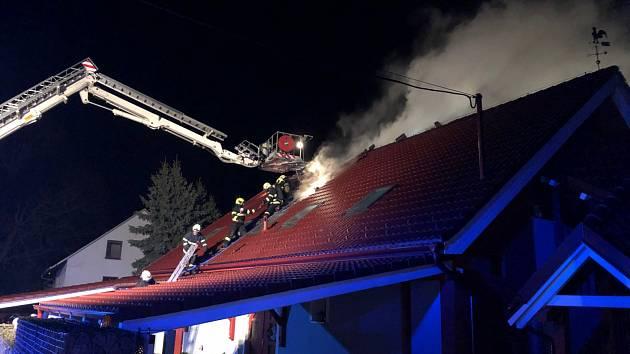 V pondělí 26. listopadu večer museli hasiči zasahovat v Sedlnici na Novojičínsku, kde plameny pohltily rodinný dům.