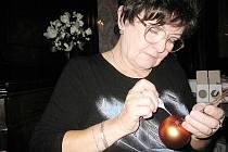 Zručná umělkyně z Šenova u Nového Jičína předvedla své dovednosti na bartošovických podzimních slavnostech.