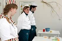 Kuchaři soutěžili v přípravě lehkého tvarohového dezertu.