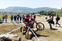 Soutěž motocyklů O pohár Lysé hory přilákala do prostoru frýdlantského letiště přes dvě stě jezdců ze širokého okolí.