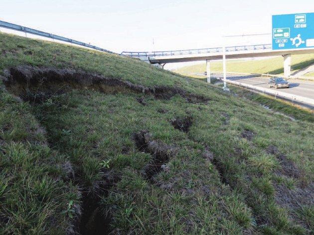 Ze silnice to nevypadá nijak nebezpečně, ale z blízka je vidět, že sesuv zeminy u silnice I/58 u Příbora asi nebude žádná legrace.
