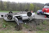 Mladík nezvládl řízení svého vozidla zn. Hyundai.  Na přehledném úseku silnice v obci Lichnov, nezvládl řízení a při průjezdu pravotočivou zatáčkou dostal smyk, přejel do protisměru a skončil v silničním příkopu převrácen na střechu vozu.