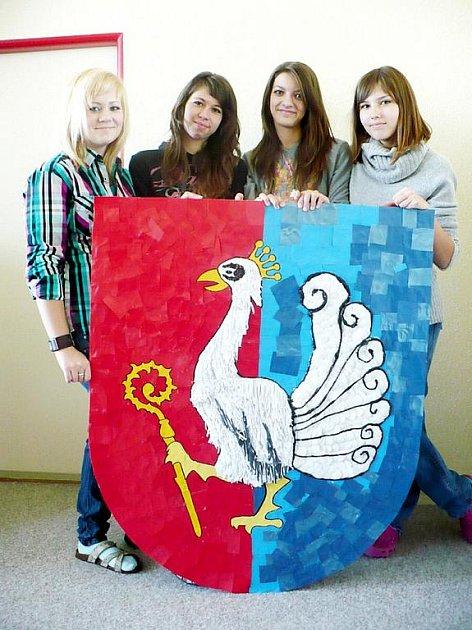Čtyři žákyně petřvaldské základní školy nad výrobou erbu z odpadních materiálů strávily přes dvacet hodin.