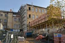 U nové přístavby knihovny byla položena ležatá kanalizace, osazeny ocelové sloupy s betonovou stropní deskou a v listopadu dělníci dokončovali zdění.