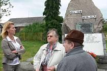 Na místo, kde stojí pomník, přijela i starostka Bílovce Sylva Kováčiková (vlevo).