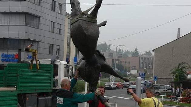 Bronzovou sochu hřebce dnes dopoledne kolem deváté hodiny nechalo nainstalovat město Nový Jičín u křižovatky ulic Štefánikova a 5. května v Novém Jičíně.