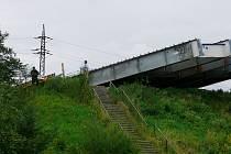 Starosta Studénky Ladislav Honusek (na snímku ve světlé košili) byl na místě tragické srážky vlaku mezi prvními. V té chvíli jistě nemyslel na potíže, které město a jeho obyvatele postihnou.