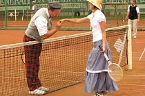 Již pošesté, v sobotu 5. července, zavládla na tenisových kurtech za sokolovnou v Bílovci atmosféra starých časů. Sešli se tam totiž příznivci tenisu ve slušivých dobových oblecích, aby si zahráli v turnaji Old cup Bílovec 2008.
