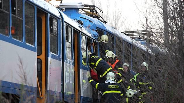 Při srážce tramvají ve Vřesině zemřeli lidé.