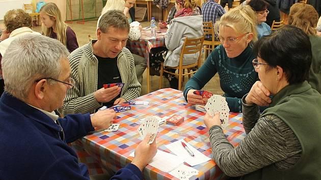 Již deset let hrávají v Kateřinicích novoroční turnaj v žolíku.