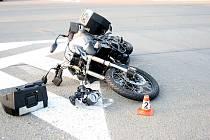 Řidič nedal motorkáři přednost.