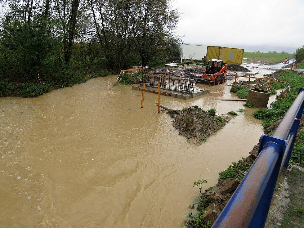 Stavba cyklostezky mezi obcemí Vražné a Jeseník nad Odrou byla v některých místech ve středu 14. října kolem poledne zatopená.