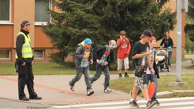 Strážníci u přechodů pro chodce jsou každoročním zářijovým koloritem.