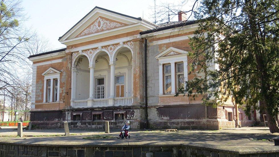 Ringhofferova vila v parku Edvarda Beneše v centru Kopřivnice je již několik let opuštěná.