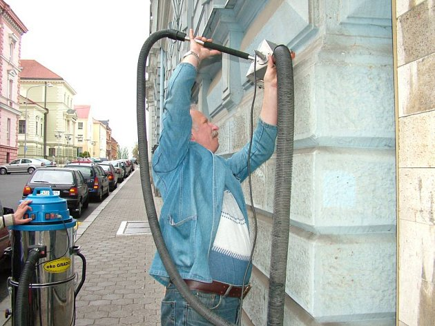 Tak zvaně na zkoušku se čištění fasády týkalo novjičínské Mendelovy střední školy. Předvedený způsob však radní příliš nenadchl.