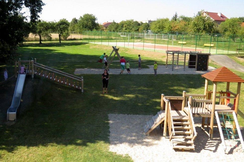 Nové hřiště mají oficiálně v provozu od soboty 7. září v Pustějově. Povrch, na kterém byl při otevření ještě písek, se hodí i k tvorbě ledu v zimě.