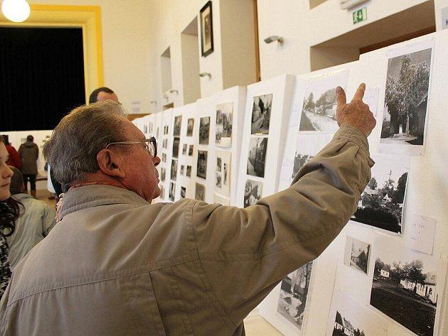 Staré fotografie, předměty, a hlavně film z roku 1957 o zvycích v obci, si mohli prohlédnout v sobotu 10. prosince návštěvníci Sokolovny ve Spálově.